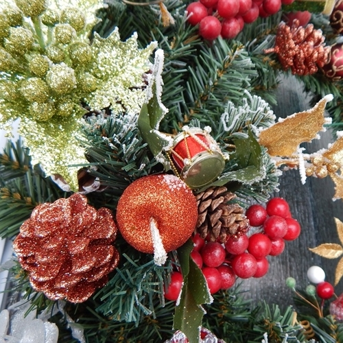 Parents and alumnae get creative in wreath making workshop